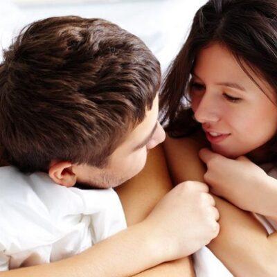 Naakt stel praat in bed