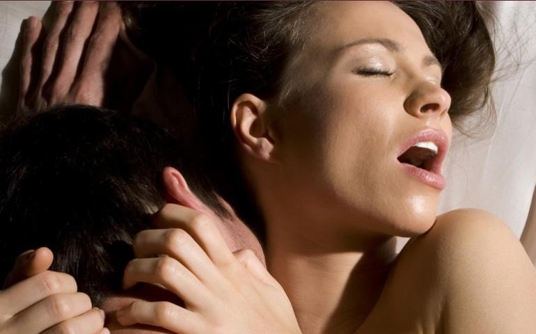 Vrouw geniet van seks