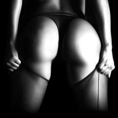 Naakte vrouwenkont in zwart wit