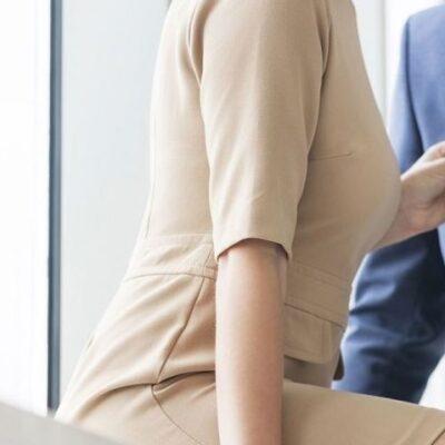 Vrouw met man op werk