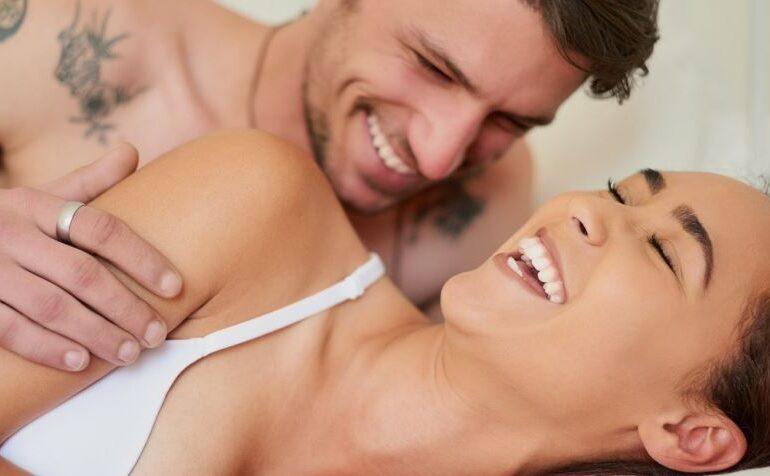 Man en vrouw gelukkig samen in bed
