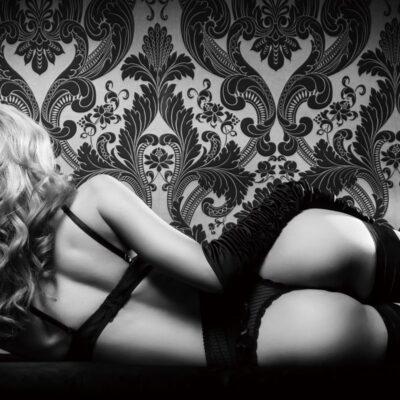 Vrouw in lingerie op bed