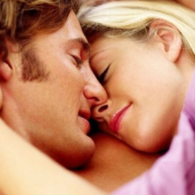 Man en vrouw knuffelen in bed