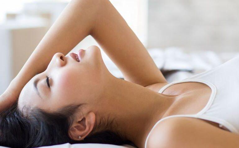 Vrouw in bed op haar rug