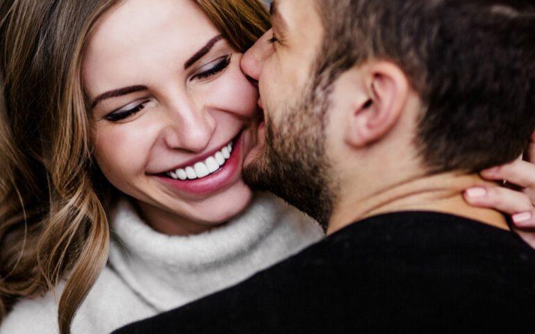 Man en vrouw knuffelen en lachen