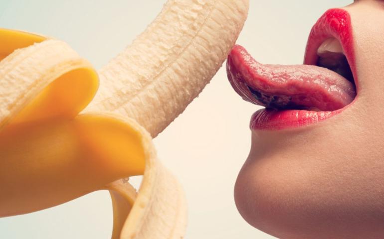 Woman likt aan een banaan