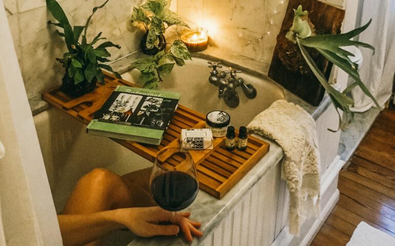Bad met wijn en planten
