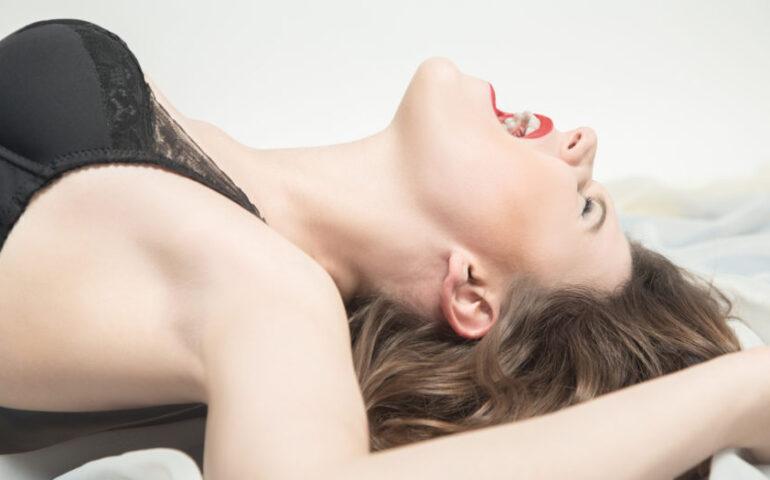 Vrouw met open mond op bed