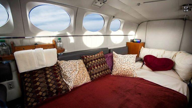 Romantisch bed in een vliegtuig