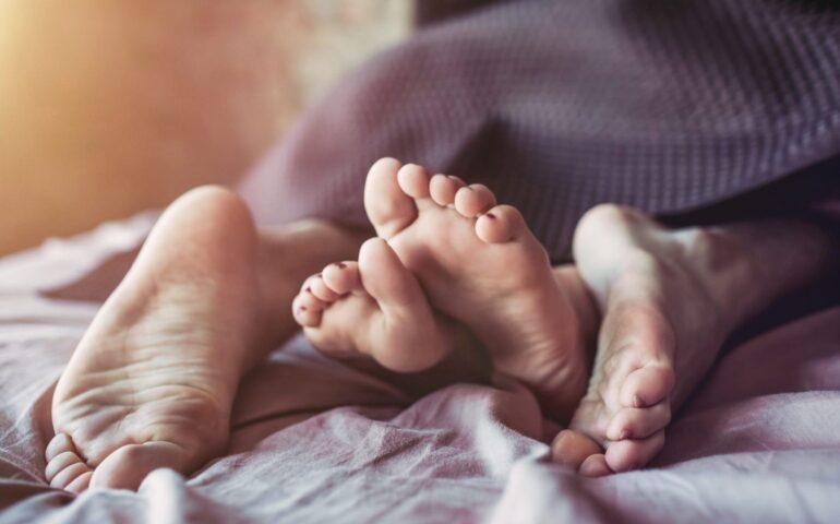 Twee paar voeten in bed