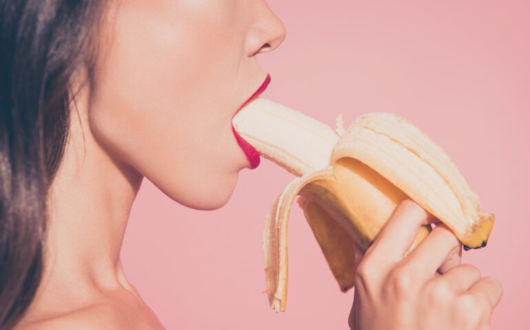 Vrouw eet een banaan