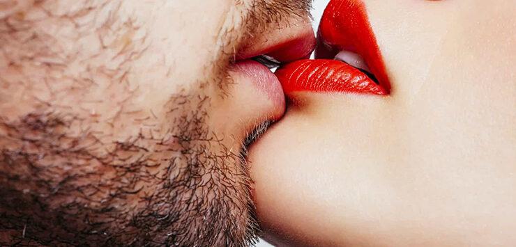 Man en vrouw zoenend