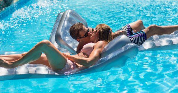 Man en vrouw in een zwembad